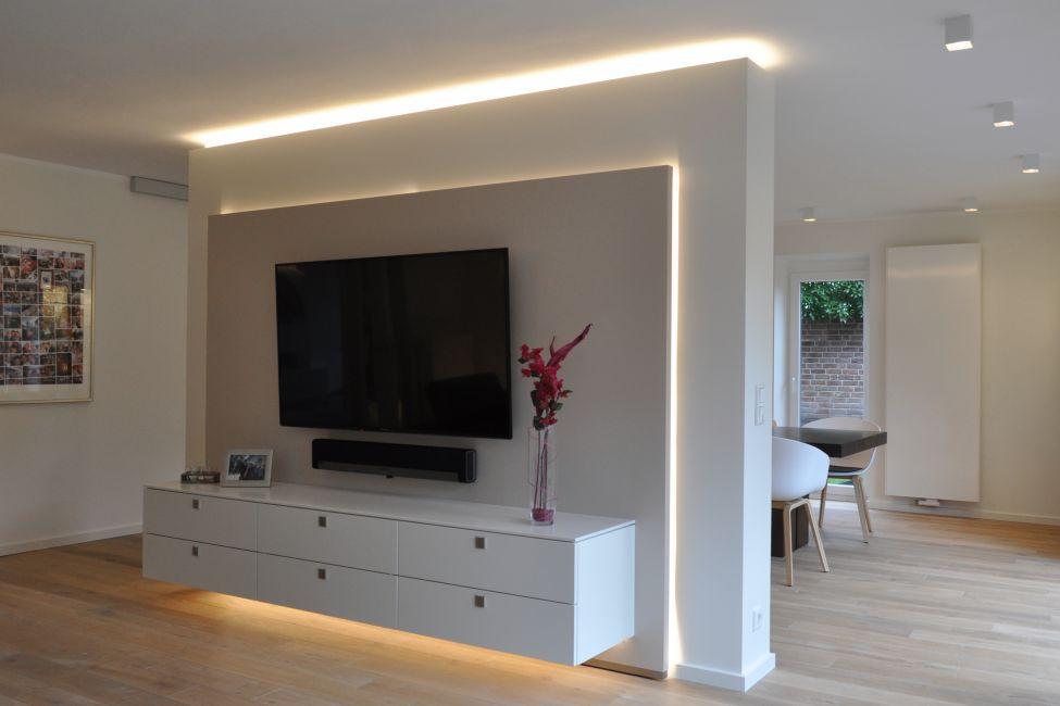 Perfekt Fabulous Tv Wand Mit Fernseher An Der Wand Im With Hhe Tv Wand